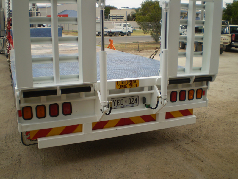 Semi trailer ramp